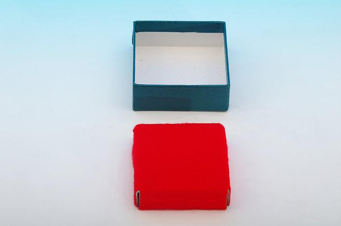貼り箱と緩衝材の組み合わせ ウーペ紙台座例